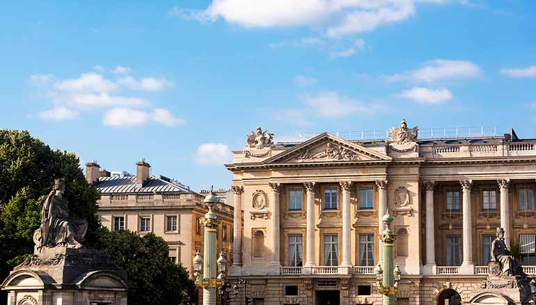 Die Fassade des Crillon in Paris...